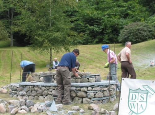 Construction d'un reposoir pendant le XIIe congrès international sur la pierre sèche en 2010 (Ambleside, Pays de Galles, Royaume Uni)